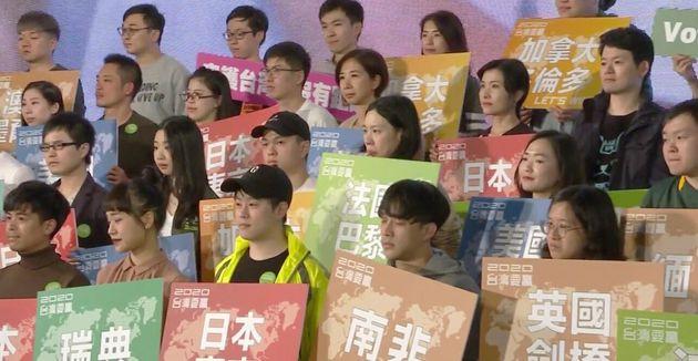 居住地のボードを持ち蔡英文総統を支持する若者たち