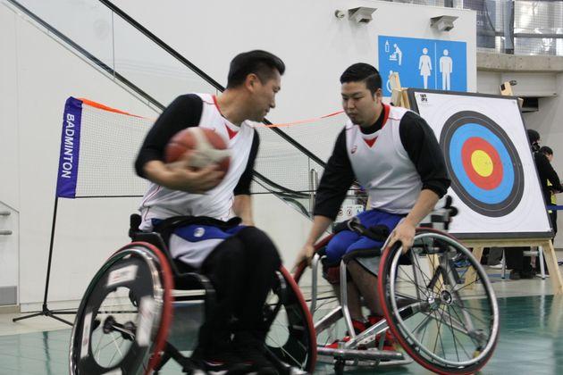 車いすバスケのデモンストレーションをする三宅克己選手(左)と諸岡晋之助選手(右)