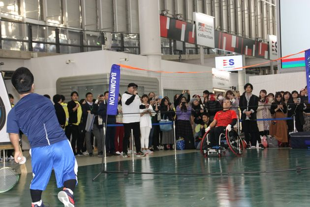 バドミントンのデモンストレーション。手前が畠山洋平選手、奥が島田務選手。