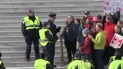 Los actores Joaquin Phoenix y Martin Sheen, detenidos en una manifestación por el