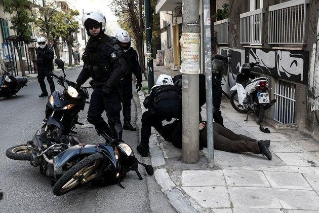 Κουκάκι: Οι αντιεξουσιαστές ανακατέλαβαν τα κτίρια που εκκένωσε η