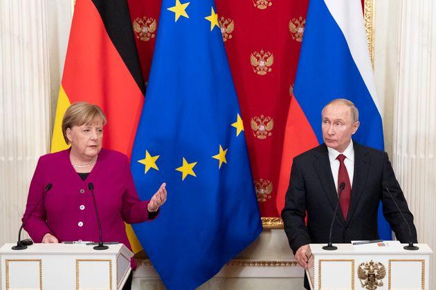Μέρκελ-Πούτιν: «Είναι καιρός να διεξαχθούν ειρηνευτικές συνομιλίες για τη