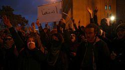 Manifestantes pedem renúncia de líder iraniano por queda de