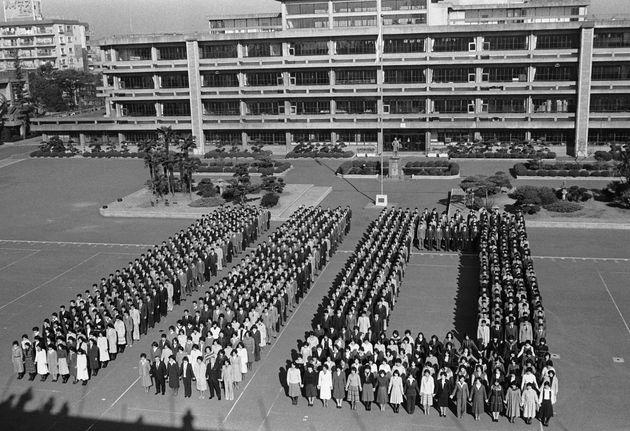 1978年1月12日。土田国保警視総監ら警視庁幹部と110番の人文字を作る、新成人になった警視庁の警察官(東京・中野区の警視庁警察学校)