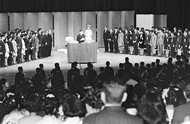 1970年1月15日。第22回青年のつどいであいさつされる皇太子さま(中央)(東京・台東区の東京文化会館)
