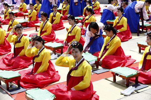 韓国のソウルで開かれた成人式で、伝統衣装に身をまとった新成人。