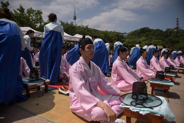 韓国のソウルで開かれた成人式で、伝統衣装に身にまとう新成人