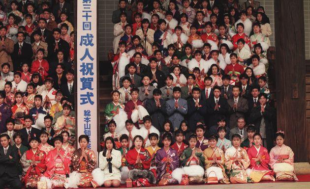 1995年1月20日。浄土宗総本山知恩院の系列の仏教大や短大などの学生を対象に行われた集団成人式(京都市東山区)