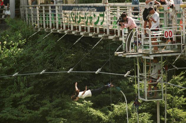 2000年8月14日。山形県朝日村では、8月14日に行われた成人式の後で、新成人が「バンジージャンプ」に挑戦した。17人が橋のジャンプ台から34メートル下を流れる同村の梵字川(ぼんじがわ)に向かって飛び降りた(山形県朝日村で)
