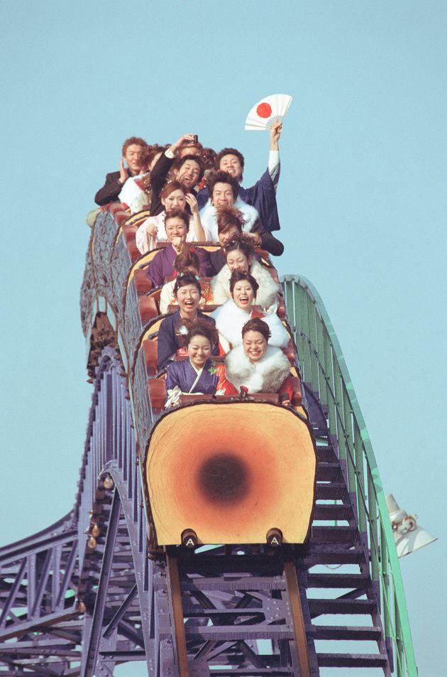 2001年1月14日。豊島園で行われた、練馬区主催の成人式を終え、ジェットコースターで楽しむ新成人(東京都練馬区向山)
