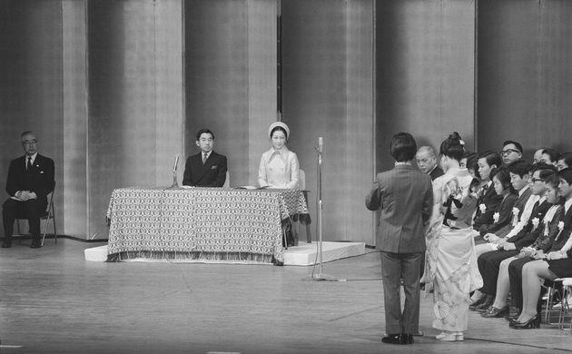 「青年のつどい」で誓いの言葉を述べる成人代表。正面は皇太子ご夫妻(東京・台東区の東京文化会館)