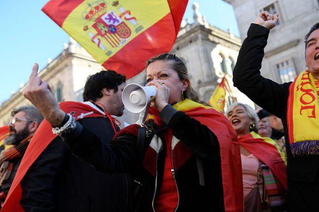Una manifestante afín a Vox muestra su extraordinaria educación durante la concentración...