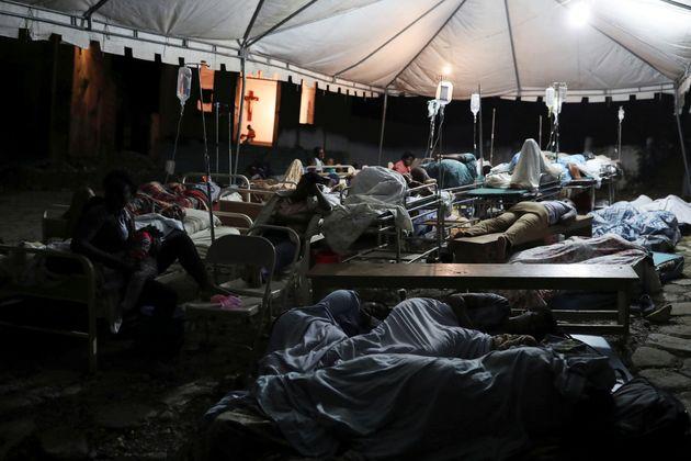 Pessoas feridas pelo terremoto em janeiro de 2010 dormem em barraca. Há divergência sobre...