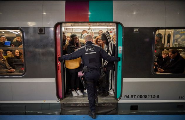 Un agent de sécurité fermant une rame de RER à Paris le 10 décembre
