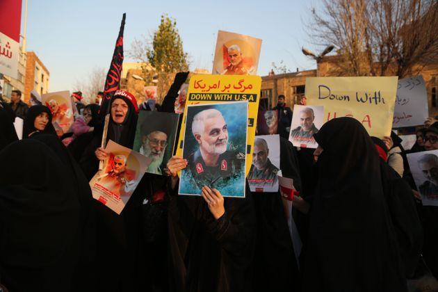 Manifestação em frente a embaixada do Reino Unido em Teerã neste domingo, 12 de...