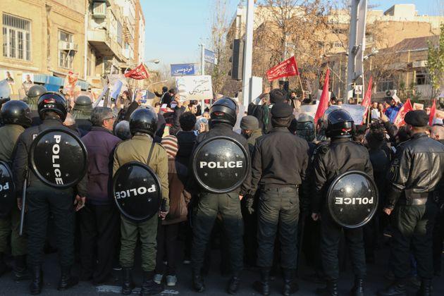 Polícia reforça segurança em frente a embaixada do Reino Unido em