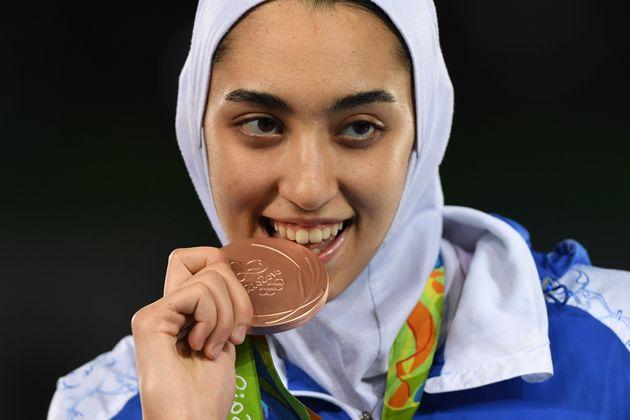 L'Iranienne Kimia Alizadeh Zenoorin pose avec sa médaille de bronze sur le podium après...