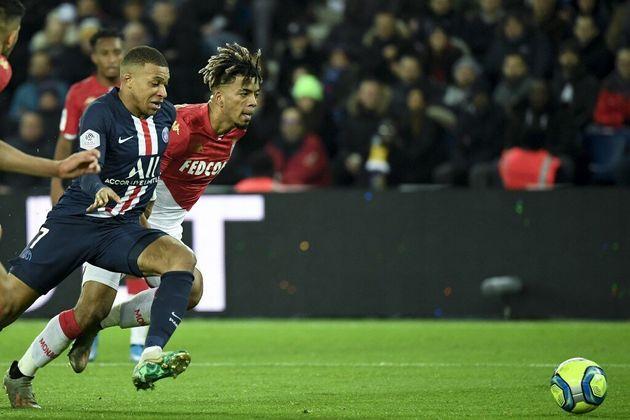 Le Parisien Kylian Mbappé et le Monégasque Benjamin Henrichs lors la rencontre PSG-Monaco qui s'est finie...