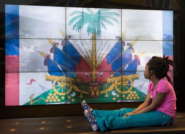 Une jeune fille regarde un film tourné quelques jours après le tremblement de terre en Haïti lors de...