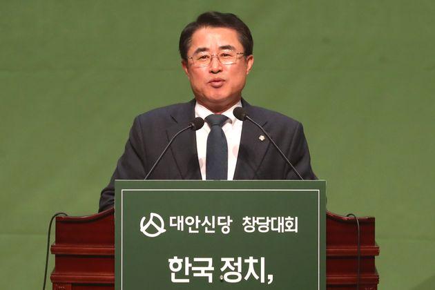 최경환 대안신당 신임 대표가 12일 오후 서울 여의도 국회 의원회관에서 열린 창당대회에서 대표 수락 연설을 하고 있다.