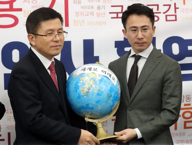 자유한국당 2020영입인사 3호인 남영호 탐험가가 13일 서울 여의도 국회에서 열린 환영식에서 황교안 대표에게 지구본을 선물하고