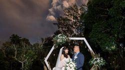 폭발한 '필리핀 화산' 앞에서 결혼식을 올린 부부의