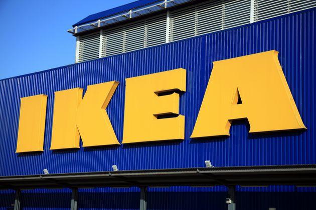 Lite all'Ikea per la precedenza in fila. Volano piatti al ristorante, bambina