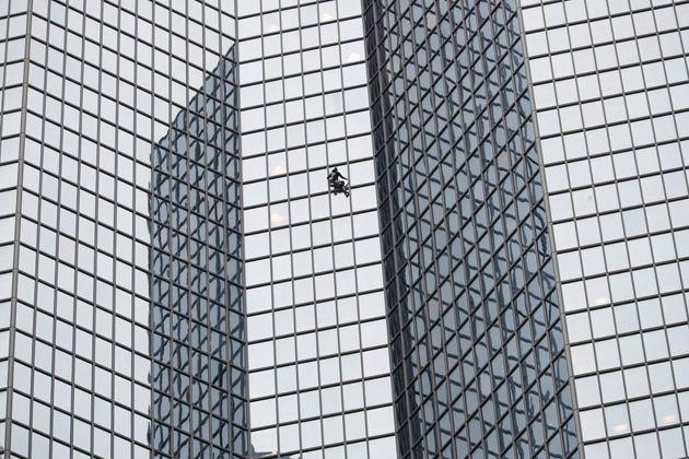 Ο Γάλλος Spider-Man ξαναχτυπά και διαδηλώνει για το