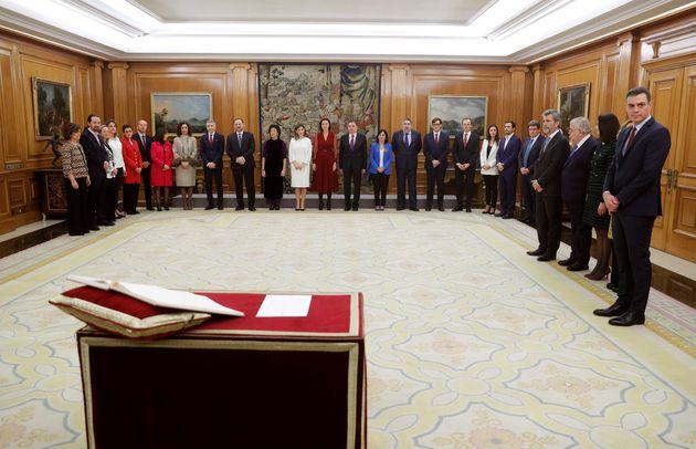 Los ministros del nuevo Gobierno momentos antes de jurar o prometer ante el rey en el acto de toma de