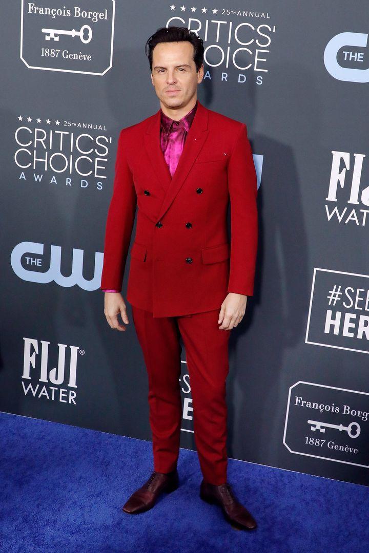 ΟΆντριου Σκοτ με κόκκινο κοστούμι.