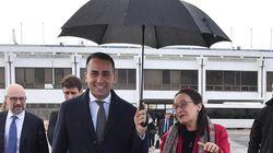 Di Maio gentiluomo: regge l'ombrello alla funzionaria del governo