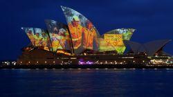 Η Οπερα του Σίδνεϊ τιμά τους πυροσβέστες με μία μοναδική