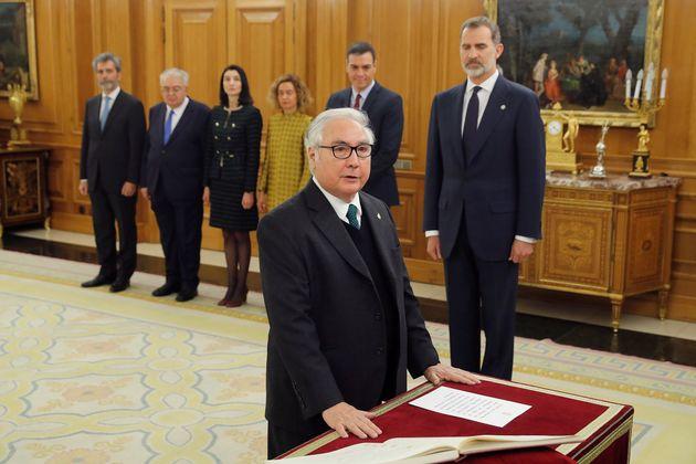 El nuevo ministro de Universidades, Manuel Castells, promete su cargo ante Felipe