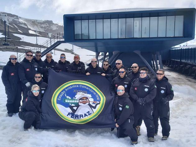 Atual grupo de base da Estação Antártica Comandante Ferraz, que ficará na...