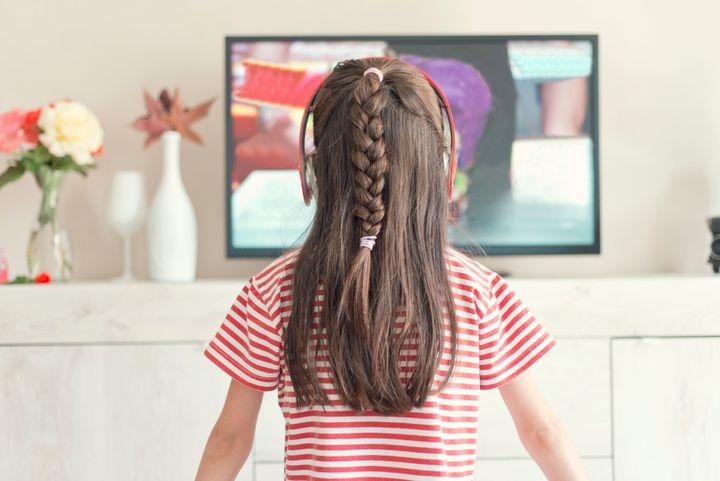 Installer les enfants devant la télé tôt le matin favoriserait les troubles du langage (photo d'illustration)