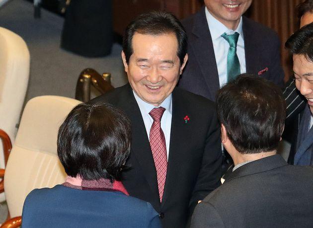정세균 국무총리 후보자가 13일 오후 서울 여의도 국회에서 열린 본회의에 참석해 임명동의안 투표를 마친 의원들과 인사를 나누고