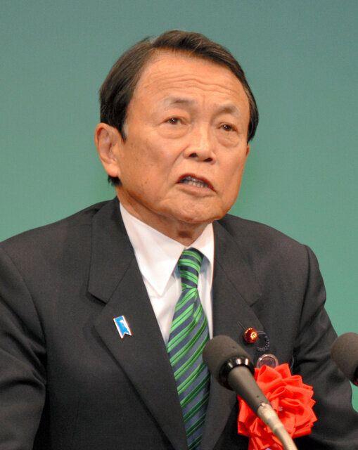 地元であいさつする麻生太郎副総理=2020年1月12日、福岡県直方市のユメニティのおがた
