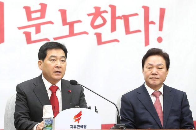 심재철 자유한국당 원내대표(왼쪽)가 14일 오전 서울 여의도 국회에서 열린 원내대책회의에서 모두발언을 하고