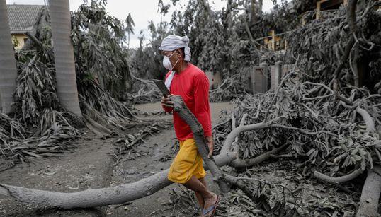 필리핀의 이 도시는 화산 폭발로 아예 회색으로 변해버렸다