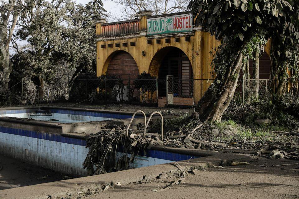 14일 따가이따이의 유원지와 테마파크, 수영장 등이 화산재에 덮여 있다. 이 시설들은 모두 폐쇄된