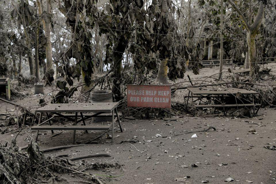 공원 내 피크닉 테이블이 화산재에 덮여