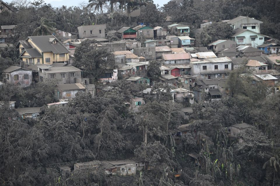 14일 따가이따이의 한 마을을 멀리서 촬영한