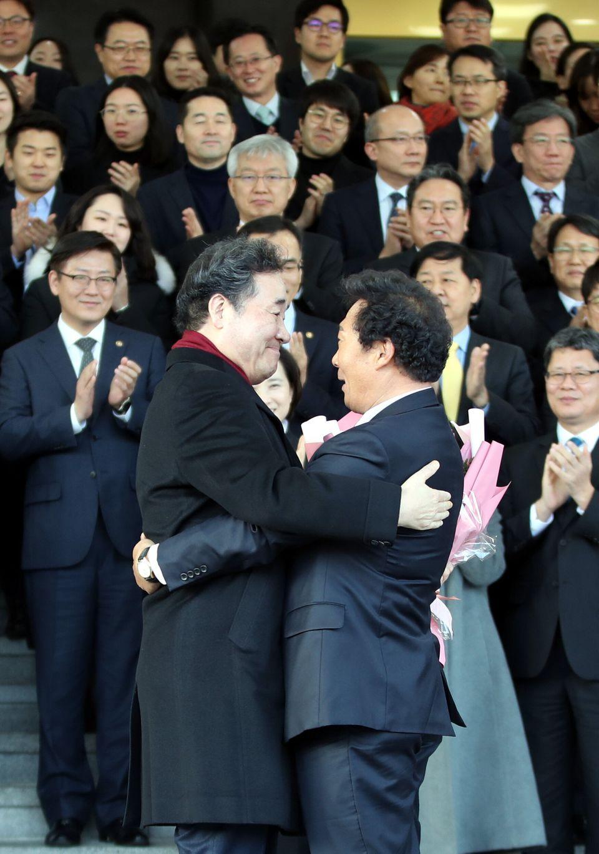이낙연 총리가 이임식 대신 간소한 작별 인사를 남긴 뒤 떠났다
