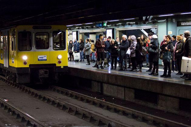 Scontro fra tre treni della metro a Napoli, diversi