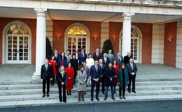 El presidente del gobierno, Pedro Sánchez, posa con su nuevo gabinete de ministros en el Palacio...