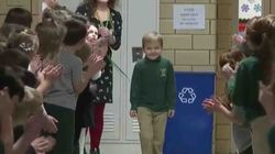 Torna a scuola dopo la leucemia: i compagni lo accolgono con una standing