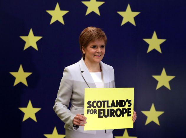 La ministra principal de Escocia, Nicola Sturgeon, en un acto de campaña a favor de mantenerse...