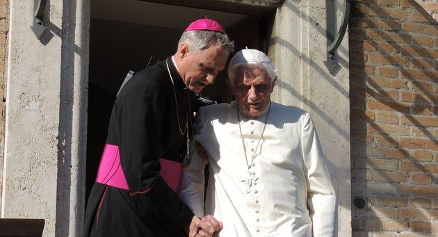 Preti sposati, il giallo della firma di Ratzinger. Padre George: