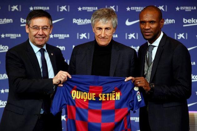 El presidente del FC Barcelona, Josep María Bartomeu, y el director deportivo, Eric Abidal, junto...