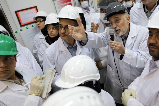 El director de la agencia nuclear iraní, Ali Akbar Salehi, muestra tecnología atómica...